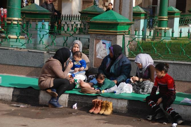 Vor der Moschee ist Familienstilleben